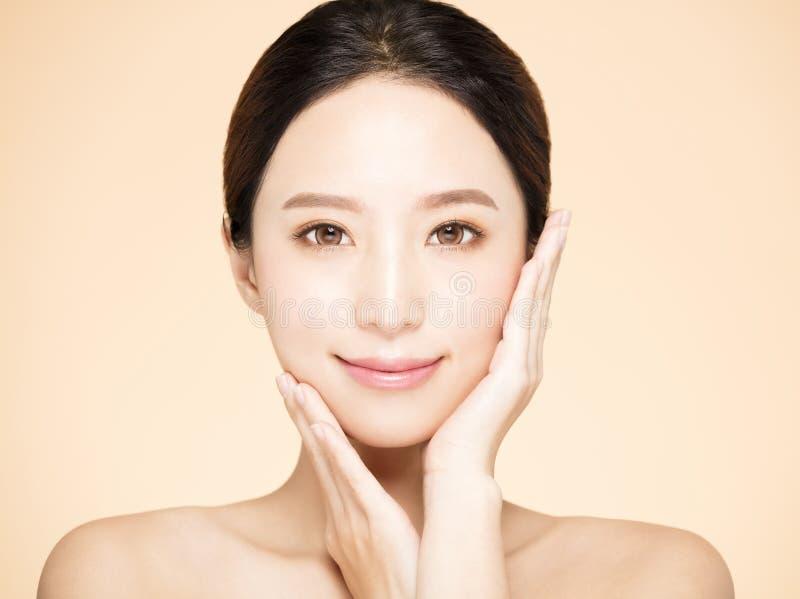 Χαμογελώντας γυναίκα με το καθαρό φρέσκο δέρμα στοκ εικόνα με δικαίωμα ελεύθερης χρήσης