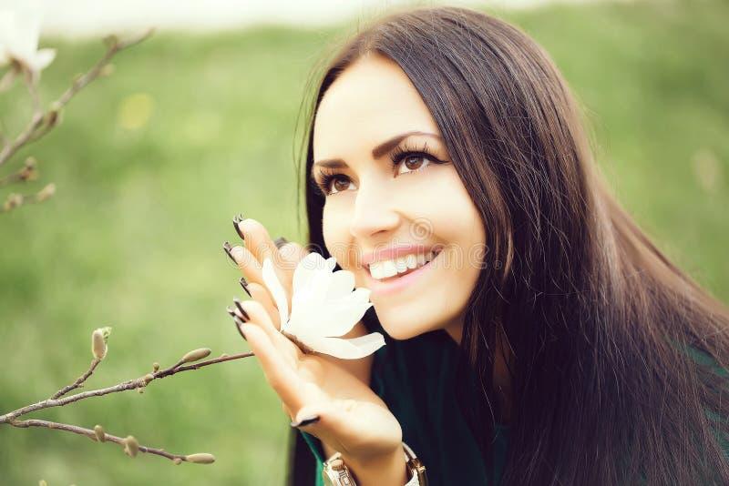 Χαμογελώντας γυναίκα με το magnolia στοκ εικόνα με δικαίωμα ελεύθερης χρήσης