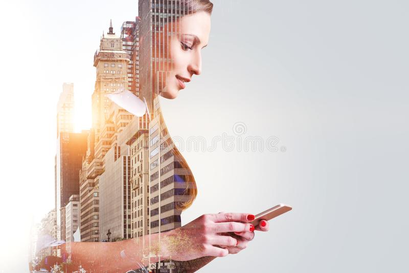 Χαμογελώντας γυναίκα με το smartphone στην πόλη, διάστημα αντιγράφων στοκ εικόνα