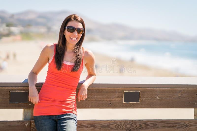 χαμογελώντας γυναίκα παραλιών στοκ φωτογραφία