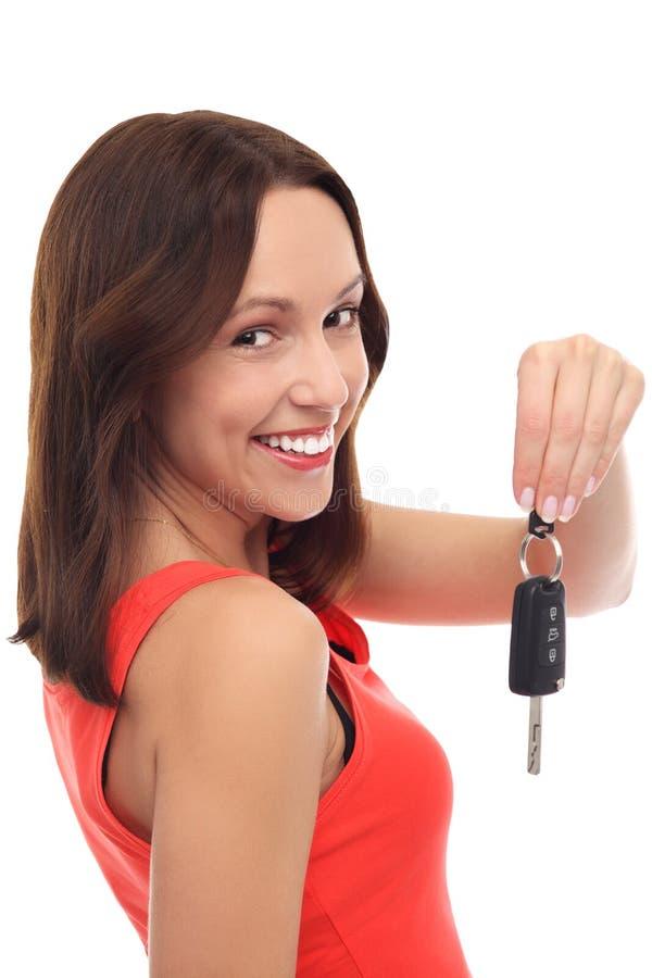 Χαμογελώντας γυναίκα που εμφανίζει πλήκτρο αυτοκινήτων στοκ εικόνες