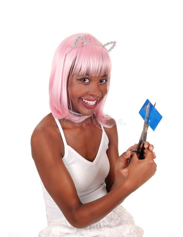 Χαμογελώντας γυναίκα που η πιστωτική κάρτα της στοκ εικόνες