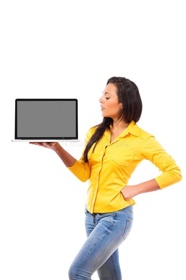 Χαμογελώντας γυναίκα που κρατά ψηλά ένα κενό lap-top στοκ φωτογραφία με δικαίωμα ελεύθερης χρήσης