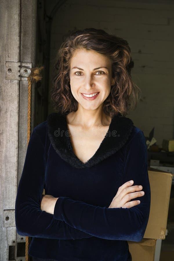 χαμογελώντας γυναίκα π&omicro στοκ φωτογραφία με δικαίωμα ελεύθερης χρήσης