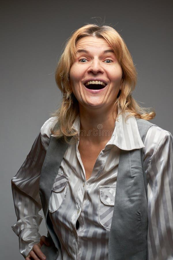 Χαμογελώντας γυναίκα σε ένα πουκάμισο στοκ φωτογραφίες