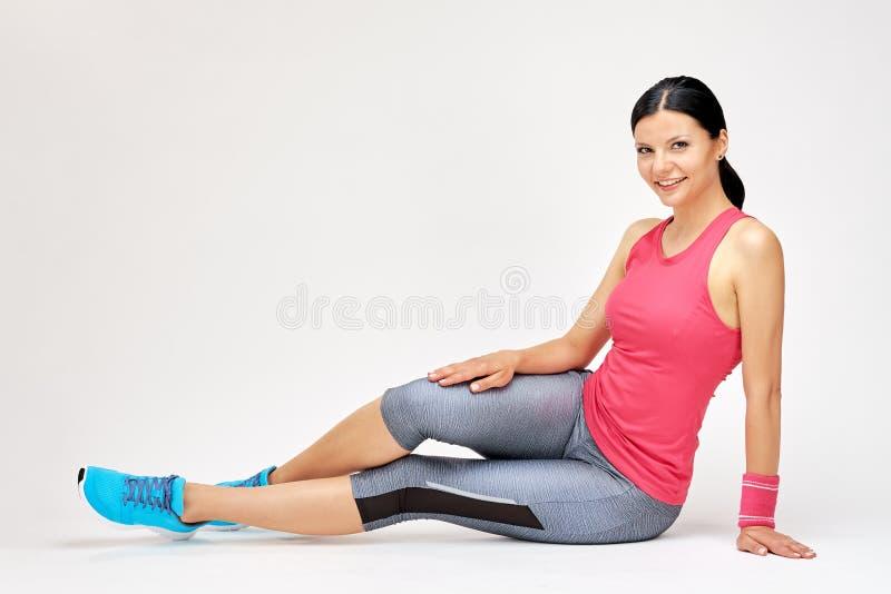 Χαμογελώντας γυναίκα στη γυμναστική στοκ φωτογραφία με δικαίωμα ελεύθερης χρήσης