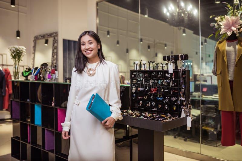 Χαμογελώντας γυναίκα στο κατάστημα στοκ φωτογραφία με δικαίωμα ελεύθερης χρήσης
