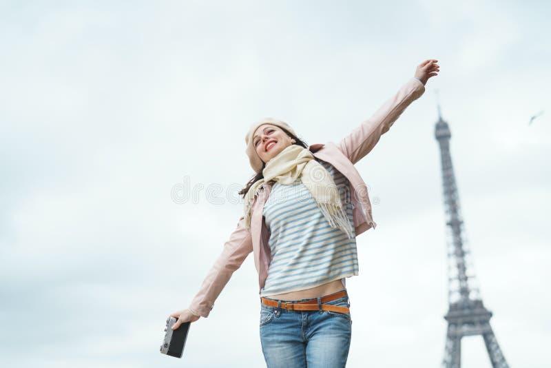 Χαμογελώντας γυναίκα στο Παρίσι στοκ φωτογραφία