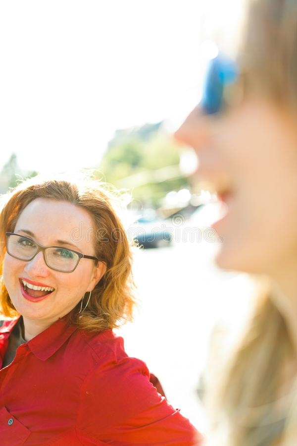 Χαμογελώντας γυναίκες - από το πρώτο πλάνο εστίασης στοκ εικόνες