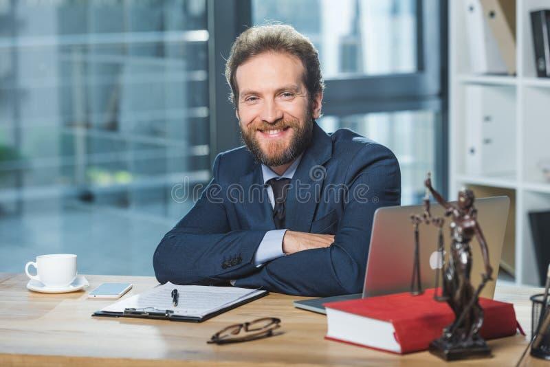 Χαμογελώντας δικηγόρος στον εργασιακό χώρο στοκ εικόνα