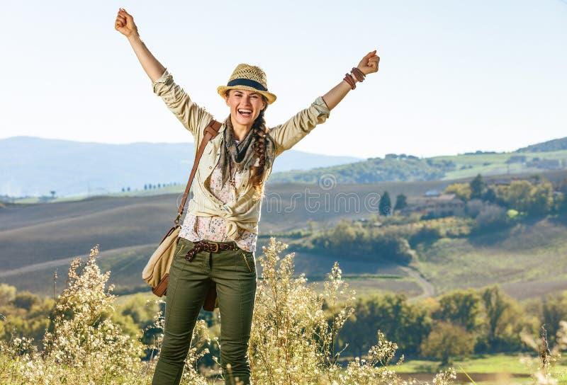 Χαμογελώντας ενεργός οδοιπόρος γυναικών να χαρεί πεζοπορώ της Τοσκάνης στοκ φωτογραφίες