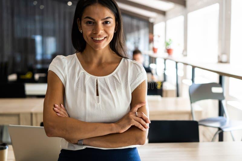 Χαμογελώντας επαγγελματική επιχειρηματίας σε περιστασιακό, με τα όπλα που διασχίζονται στάση στην αρχή στοκ φωτογραφία με δικαίωμα ελεύθερης χρήσης