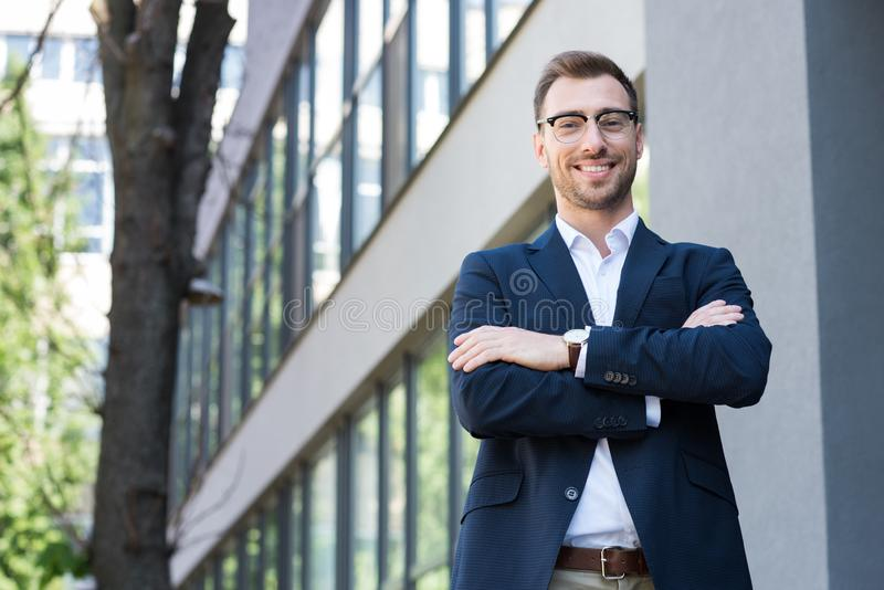 χαμογελώντας επαγγελματικός επιχειρηματίας στην επίσημη τοποθέτηση ένδυσης με διασχισμένος στοκ εικόνες