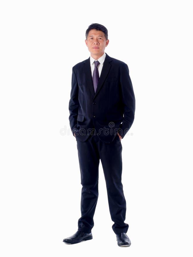 Χαμογελώντας επιχειρηματίας που δείχνει το άσπρο υπόβαθρο που απομονώνεται με στοκ εικόνα