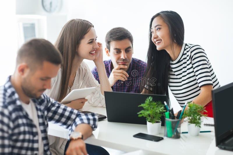 Χαμογελώντας επιχειρηματίες που μοιράζονται τις ιδέες τους στο σύγχρονο γραφείο στοκ εικόνες με δικαίωμα ελεύθερης χρήσης