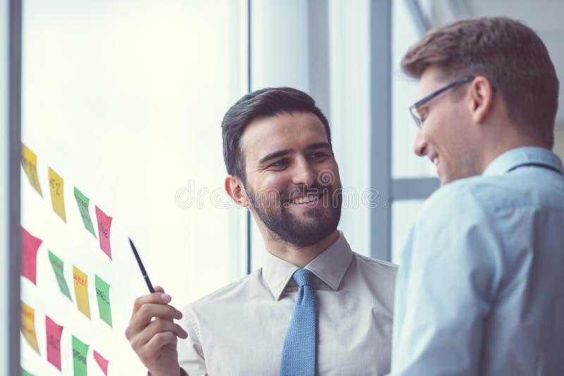 Χαμογελώντας επιχειρηματίες στη συνεδρίαση στοκ φωτογραφία με δικαίωμα ελεύθερης χρήσης