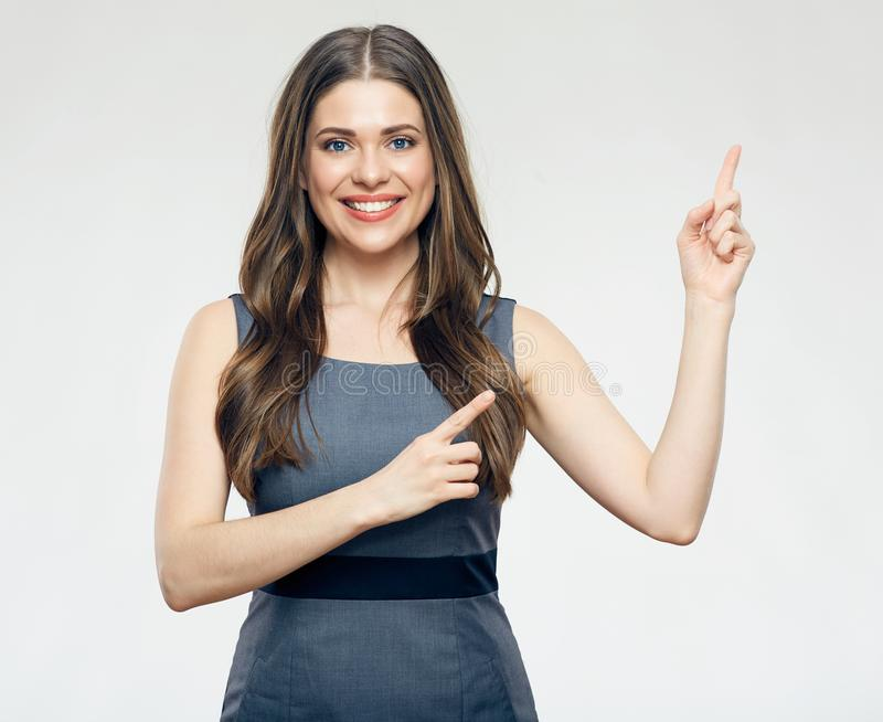 Χαμογελώντας επιχειρησιακή γυναίκα που δείχνει το δάχτυλο επάνω στοκ εικόνα