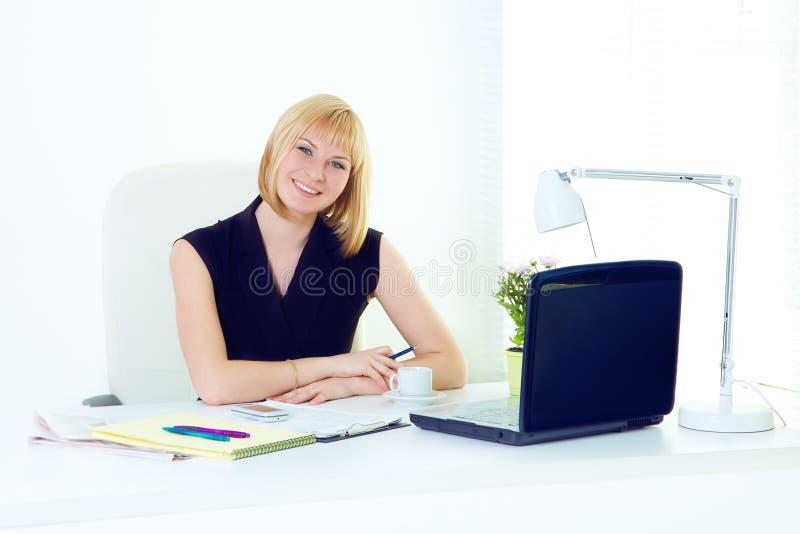 Χαμογελώντας επιχειρησιακή γυναίκα Beautiul στο γραφείο στοκ φωτογραφίες