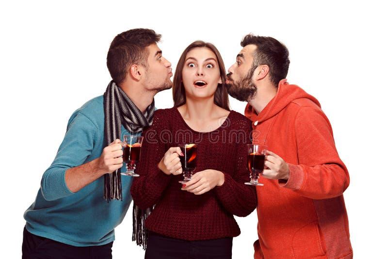 Χαμογελώντας Ευρωπαίοι άνδρες και γυναίκες κατά τη διάρκεια του κόμματος photoshoot στοκ εικόνες με δικαίωμα ελεύθερης χρήσης