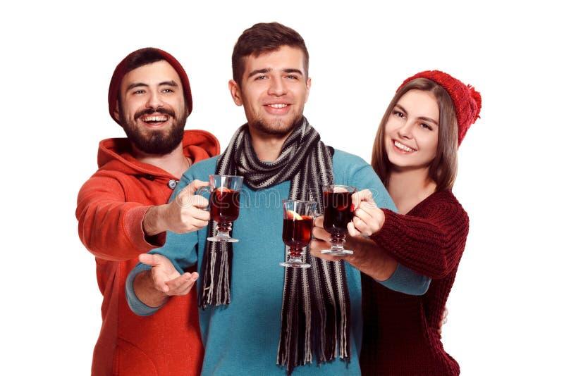 Χαμογελώντας Ευρωπαίοι άνδρες και γυναίκες κατά τη διάρκεια του κόμματος photoshoot στοκ εικόνες