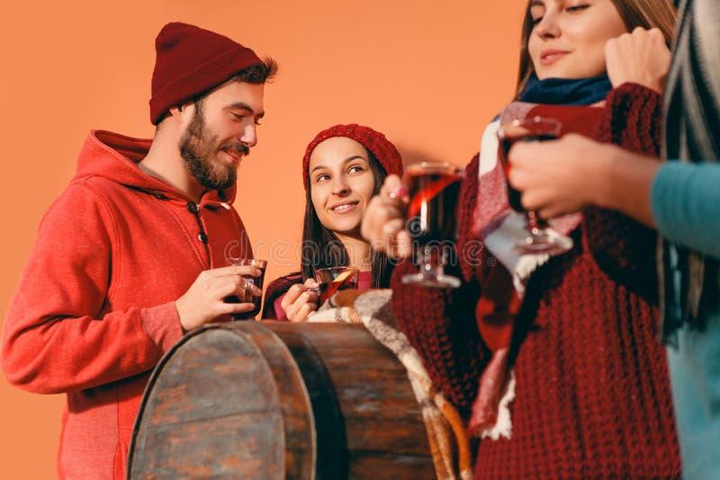 Χαμογελώντας Ευρωπαίοι άνδρες και γυναίκες κατά τη διάρκεια του κόμματος photoshoot στοκ εικόνα με δικαίωμα ελεύθερης χρήσης