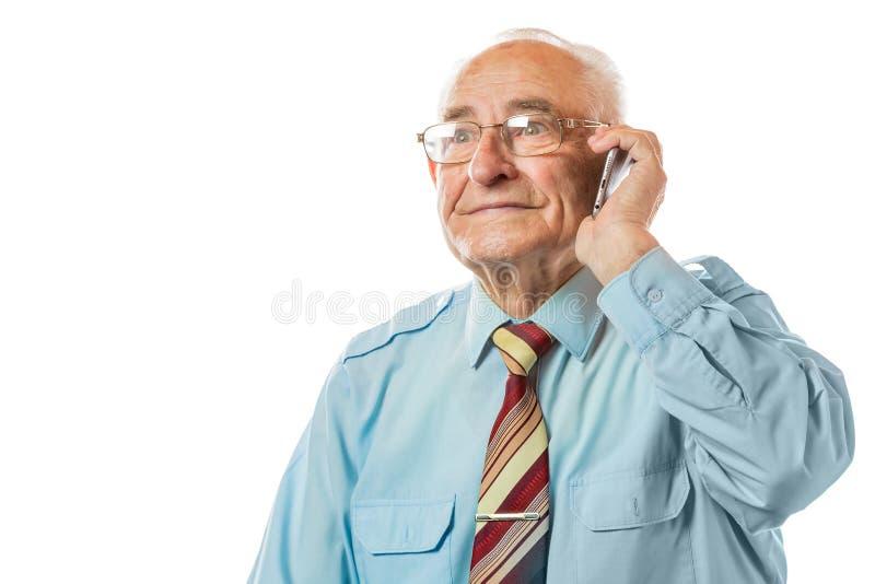 Χαμογελώντας ευτυχές ηλικιωμένο ανώτερο άτομο που μιλά στο κινητό τηλέφωνο που απομονώνεται στο άσπρο υπόβαθρο στοκ εικόνες
