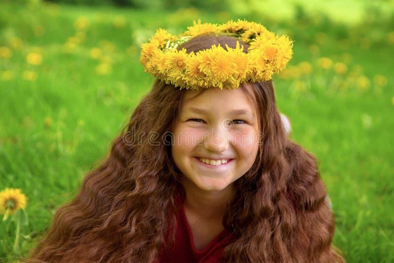 Χαμογελώντας ευτυχές λιβάδι κοριτσιών την άνοιξη στοκ εικόνα με δικαίωμα ελεύθερης χρήσης