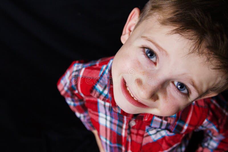 Χαμογελώντας ευτυχές, χαρούμενο όμορφο μικρό παιδί, που εξετάζει τη κάμερα CL στοκ εικόνες με δικαίωμα ελεύθερης χρήσης