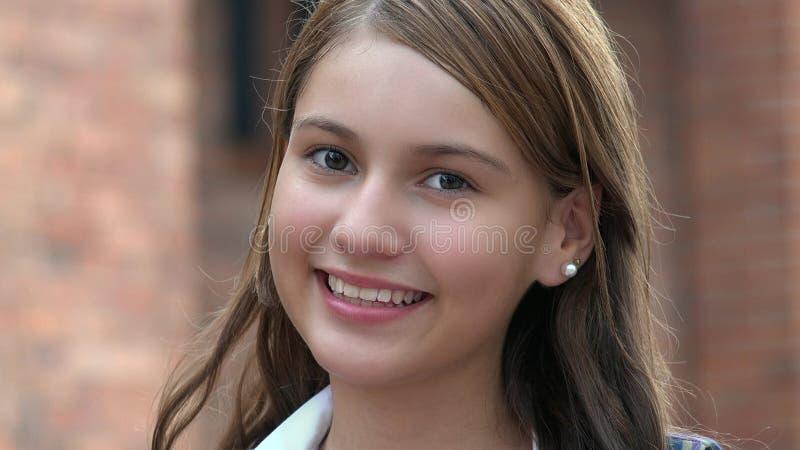 Χαμογελώντας ευτυχής θηλυκός έφηβος στοκ φωτογραφία