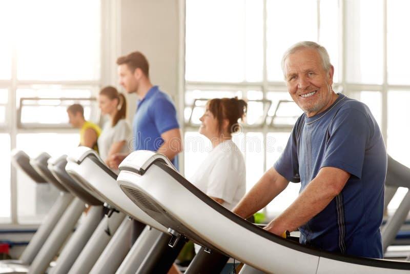 Χαμογελώντας ηλικίας άτομο που ασκεί στη γυμναστική στοκ εικόνες με δικαίωμα ελεύθερης χρήσης