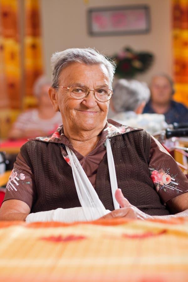 Χαμογελώντας ηλικιωμένη γυναίκα στοκ φωτογραφίες με δικαίωμα ελεύθερης χρήσης