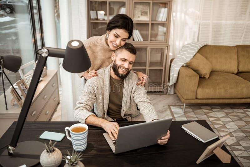 Χαμογελώντας θετικό ζεύγος που αγκαλιάζει ήπια το ένα το άλλο στοκ φωτογραφία με δικαίωμα ελεύθερης χρήσης