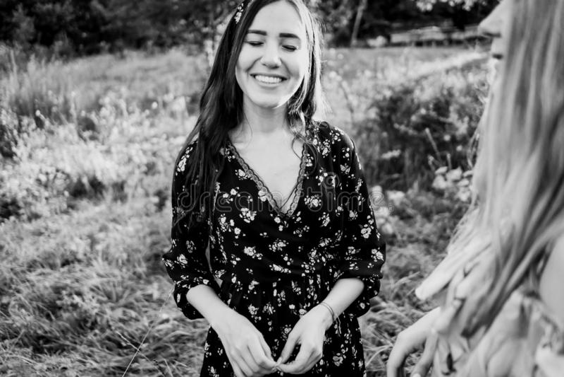 Χαμογελώντας και στραβίζοντας κορίτσι σε ένα φόρεμα στοκ εικόνες