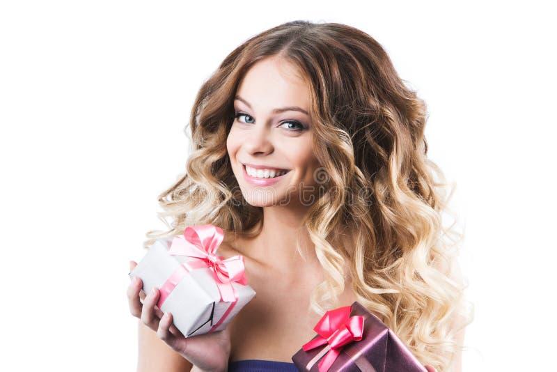 Χαμογελώντας κιβώτια δώρων λαβής γυναικών Απομονωμένη άσπρη ανασκόπηση στοκ εικόνες