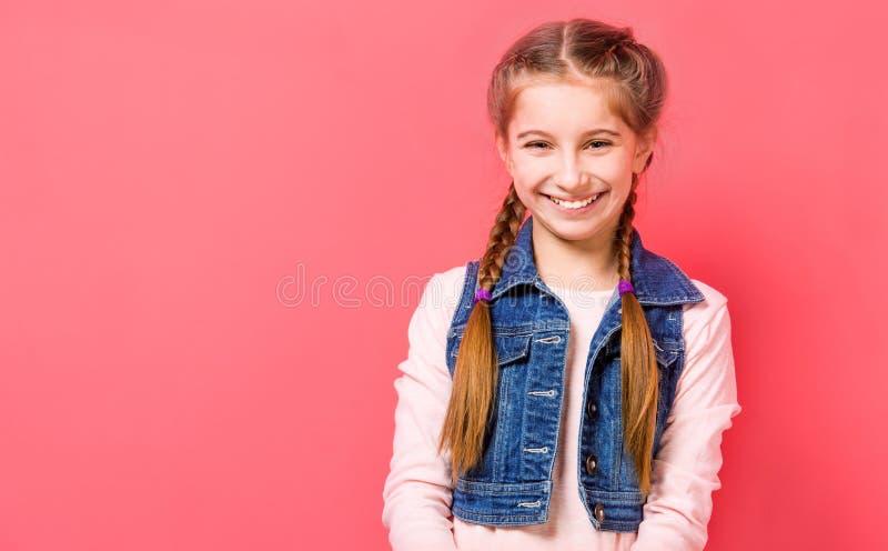 Χαμογελώντας κορίτσι εφήβων με την πλεγμένη τρίχα στοκ φωτογραφία με δικαίωμα ελεύθερης χρήσης