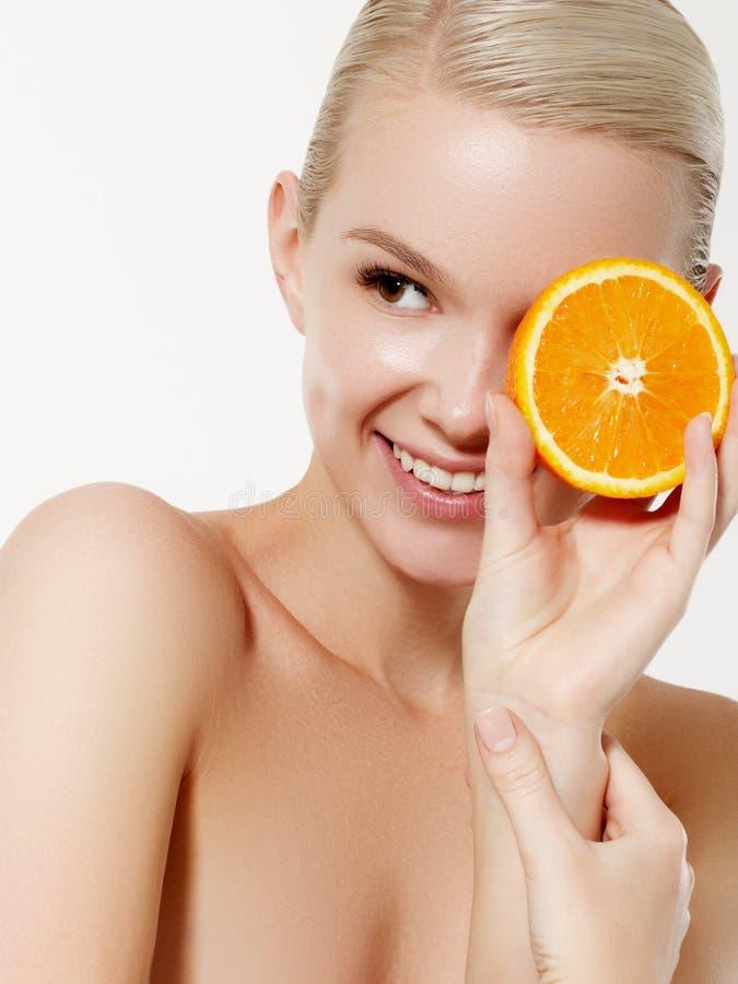 Χαμογελώντας κορίτσι με τους νωπούς καρπούς Το πρότυπο ομορφιάς παίρνει τα juicy πορτοκάλια Χαρούμενο κορίτσι με τις φακίδες Η έν στοκ εικόνα με δικαίωμα ελεύθερης χρήσης