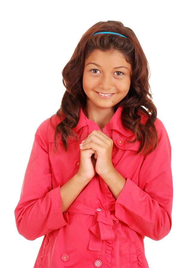 Χαμογελώντας κορίτσι που φορά το ρόδινο παλτό στοκ εικόνες με δικαίωμα ελεύθερης χρήσης