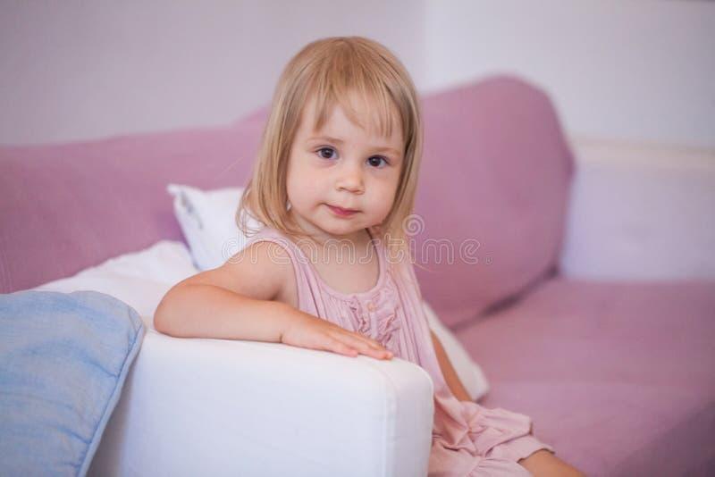 Χαμογελώντας κορίτσι στο ρόδινο φόρεμα στο σπίτι στοκ φωτογραφία με δικαίωμα ελεύθερης χρήσης