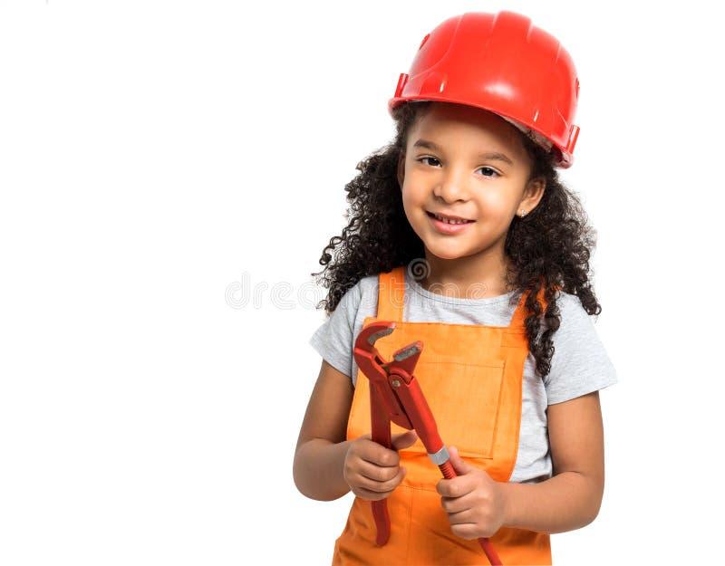 Χαμογελώντας λίγο κορίτσι-εργαζόμενο με τις πένσες στα χέρια που απομονώνεται στοκ φωτογραφία με δικαίωμα ελεύθερης χρήσης