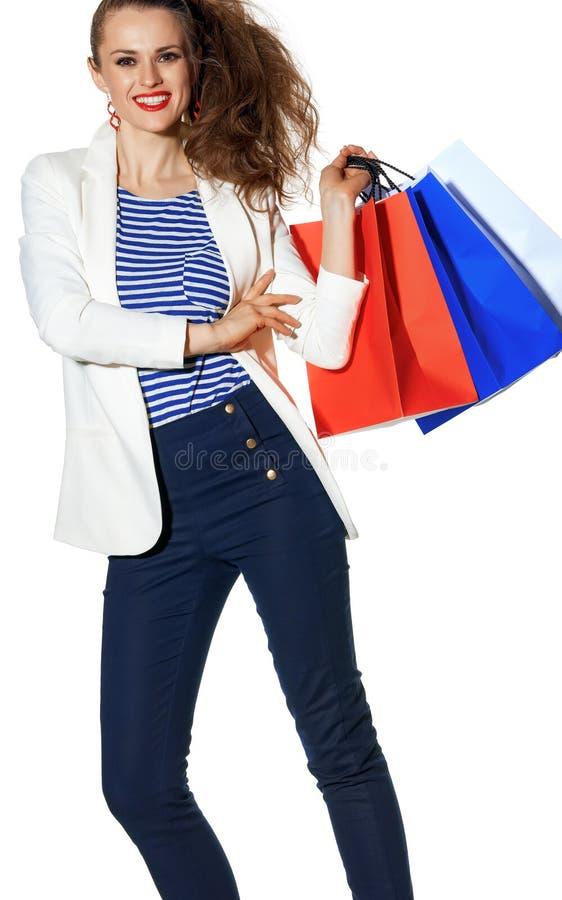 Χαμογελώντας μόδα-έμπορος με τις τσάντες αγορών στο άσπρο υπόβαθρο στοκ φωτογραφίες