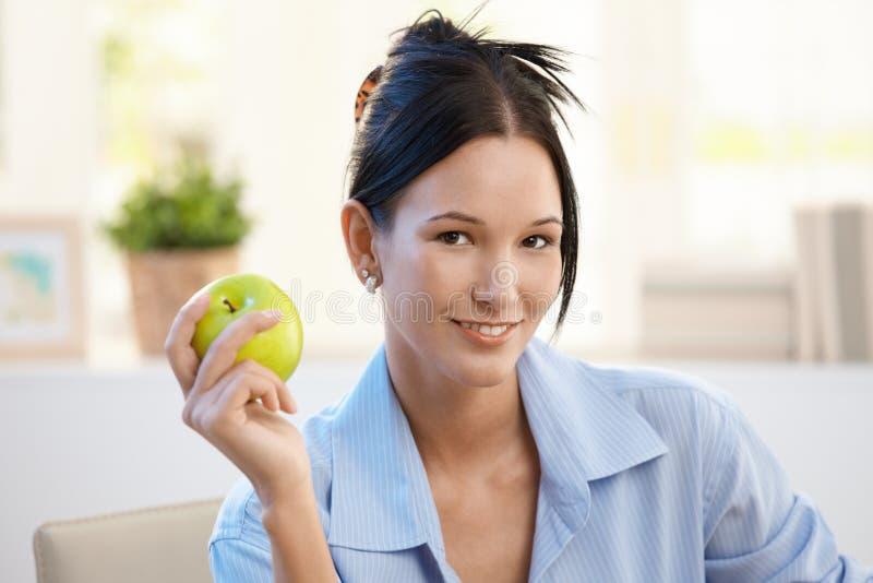 Χαμογελώντας νέα γυναίκα με το πράσινο μήλο στοκ εικόνες με δικαίωμα ελεύθερης χρήσης