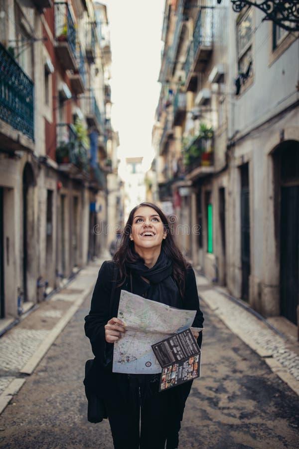 Χαμογελώντας νέα γυναίκα που μιλά στο smartphone της στην οδό Επικοινωνώντας με τους φίλους, τις ελεύθερα κλήσεις και τα μηνύματα στοκ φωτογραφία με δικαίωμα ελεύθερης χρήσης