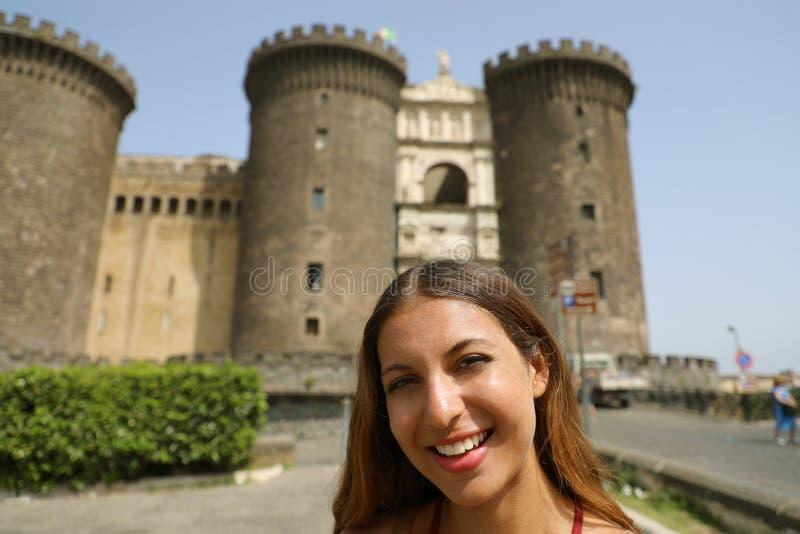 Χαμογελώντας νέα γυναίκα που παίρνει selfie τη φωτογραφία στη Νάπολη με Castel NU στοκ εικόνες με δικαίωμα ελεύθερης χρήσης