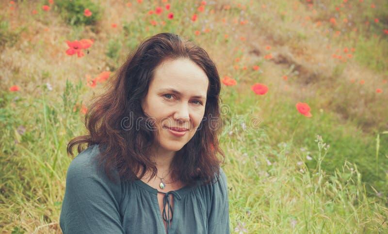 Χαμογελώντας νέα ενήλικη Ευρωπαία γυναίκα στοκ εικόνα με δικαίωμα ελεύθερης χρήσης