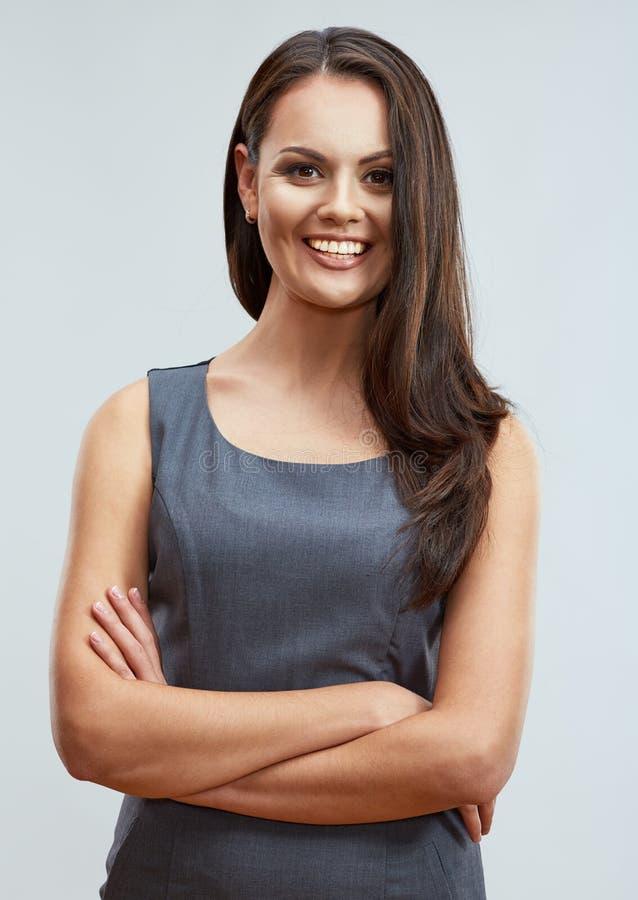 Χαμογελώντας νέα επιχειρησιακά διασχισμένα γυναίκα όπλα, που ενάντια στοκ φωτογραφία