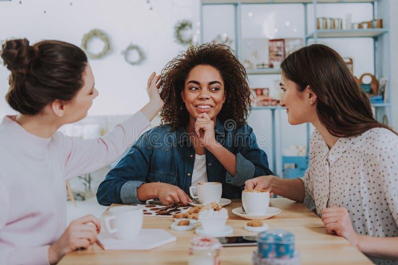 Χαμογελώντας νέοι φίλοι που απολαμβάνουν το χρόνο στον καφέ στοκ φωτογραφία με δικαίωμα ελεύθερης χρήσης