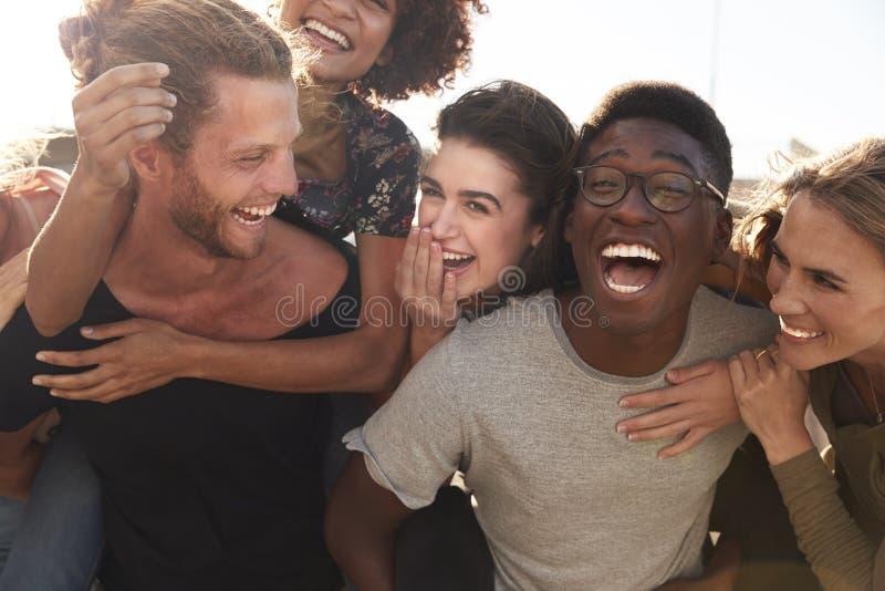 Χαμογελώντας νέοι φίλοι που περπατούν υπαίθρια από κοινού στοκ φωτογραφία με δικαίωμα ελεύθερης χρήσης