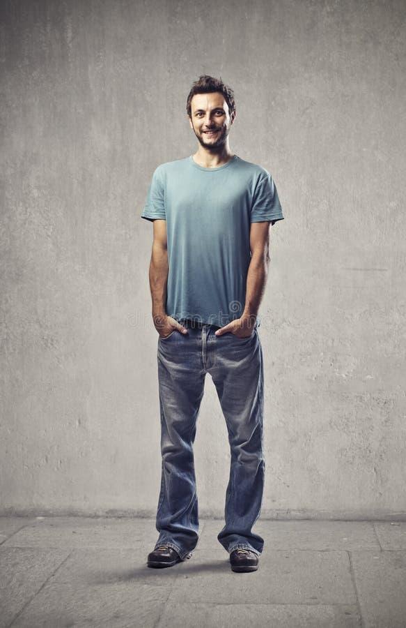 Χαμογελώντας νεαρός άνδρας στοκ φωτογραφία με δικαίωμα ελεύθερης χρήσης