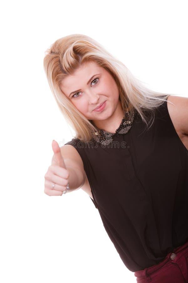 Χαμογελώντας ξανθή γυναίκα που κάνει τον αντίχειρα επάνω στη χειρονομία στοκ φωτογραφίες με δικαίωμα ελεύθερης χρήσης