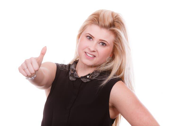 Χαμογελώντας ξανθή γυναίκα που κάνει τον αντίχειρα επάνω στη χειρονομία στοκ εικόνες